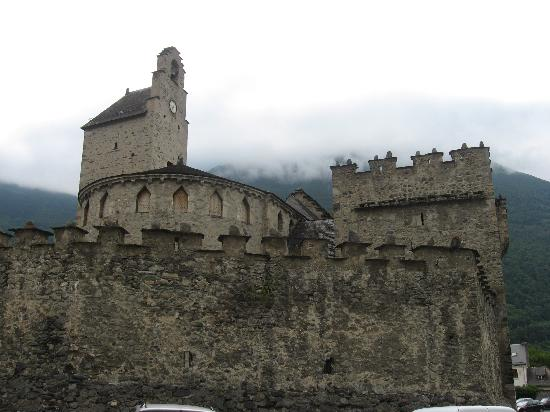 Hotel Le Montaigu : Eglise fortifiée de Luz