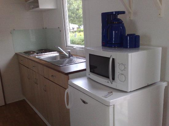 Camping Indigo Paris Bois de Boulogne : Mobile home kitchen