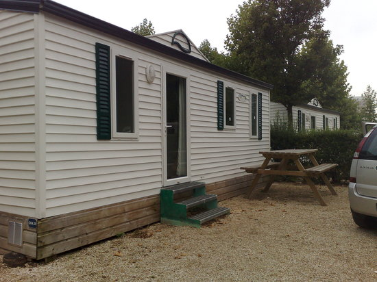 Camping Indigo Paris Bois de Boulogne : Mobile home outside
