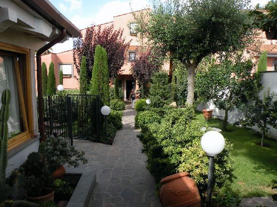 Country Rome Bed & Breakfast: Garden