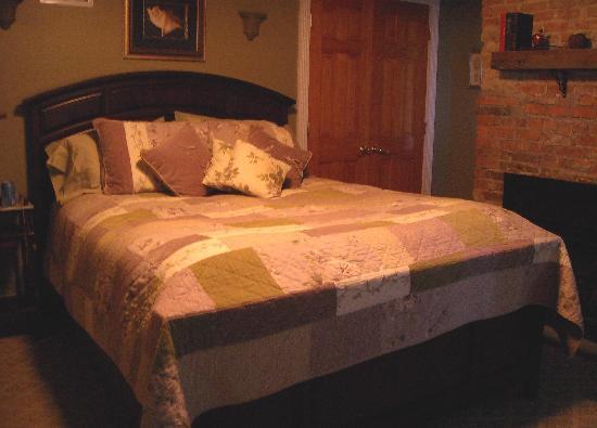 Apple Valley Inn Bed & Breakfast: Gala Room bed