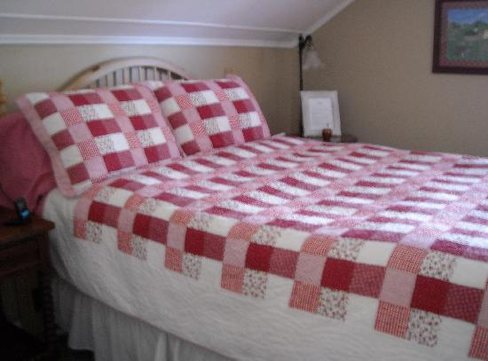 Apple Valley Inn Bed & Breakfast: Quilt in Red Delicious Room