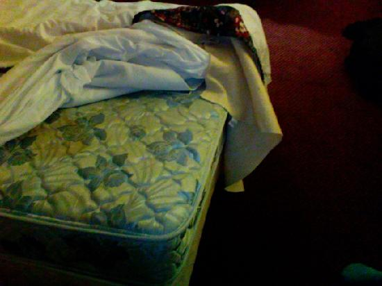 Wakota Inn & Suites: stained mattress