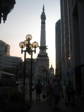 Hilton Garden Inn Indianapolis Downtown: Circle Centre War Monument view from just outside hotel doors.