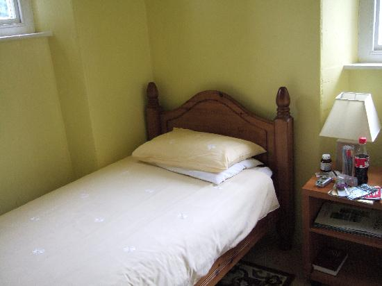 Adam Place Guest House - single room interior