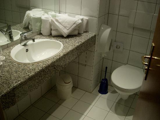 Mercure Hotel München Airport Aufkirchen: salle de bains