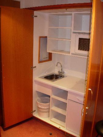Mercure Hotel München Airport Aufkirchen: mini cuisine cachée dans l armoire