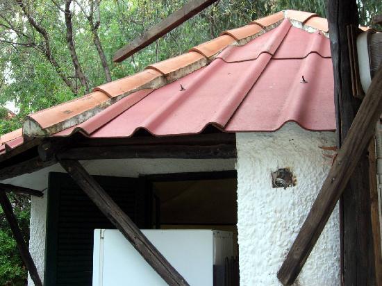 Al Vecchio Frantoio: tetto bungalow e sicurezza (fili scoperti)