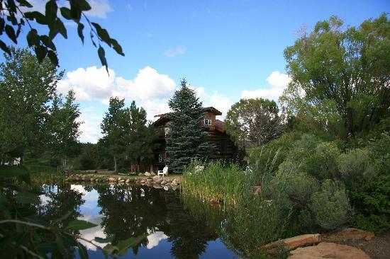 Sundance Bear Lodge: Blick zum Gästehaus