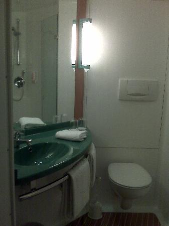 Ibis Darmstadt City: Bathroom
