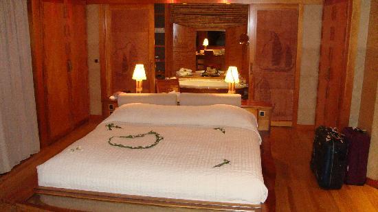 Tahaa, French Polynesia: la camera all'arrivo: decoro floreale sul letto