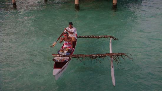 Le Taha'a Island Resort & Spa: colazione in piroga