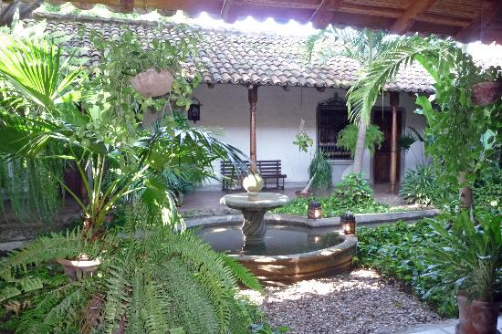 Hotel Los Robles: Central courtyard