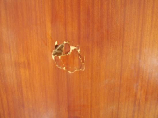 Tegueste Villas: fist hole in bedroom door