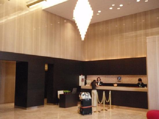 Hamilton Red: spacious hotel Lobby