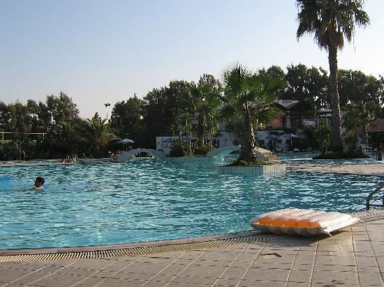 La piscina bild fr n atlantica marmari beach marmari for Piscina limbiate