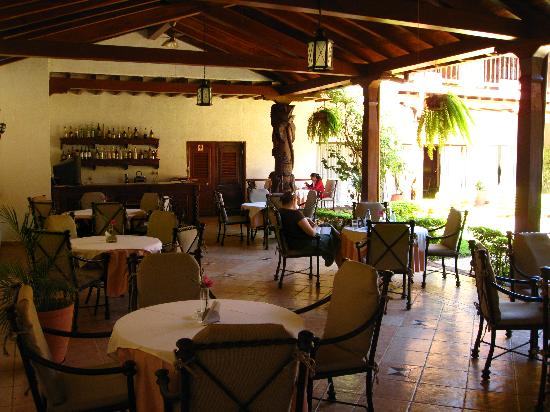 Hotel La Mision : restaurant area in courtyard