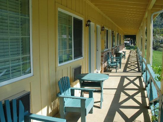 The Lodge at Blue Lakes: Walkway facing the lake