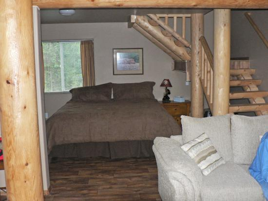 Stillwaters Chalets: Living area & downstairs king bed