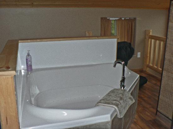 Stillwaters Chalets: Upstairs jetted bathtub
