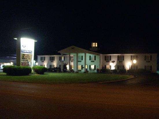 Knights Inn Sandusky OH: Hotel At night!