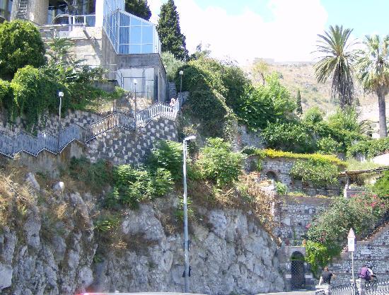 scala che conduce alla funivia che collega il centro di Taormina alla spiaggia di Mazzarino
