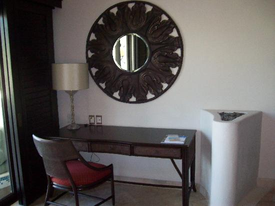Secrets Maroma Beach Riviera Cancun: Desk Area