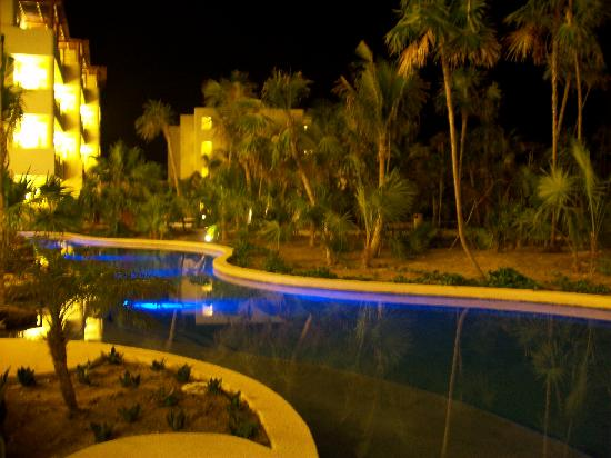 Secrets Maroma Beach Riviera Cancun : Swim-Out Pool at Night