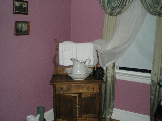 Blockhouse Hill Bed & Breakfast: Fresh towels, cute antiques