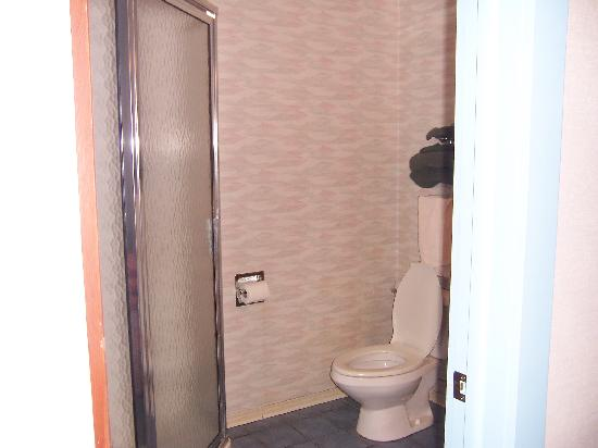 Mohican Motel: the bathroom