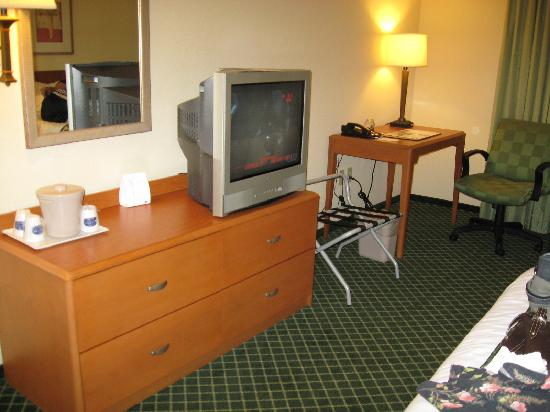 Fairfield Inn & Suites State College : Dresser - TV - Desk