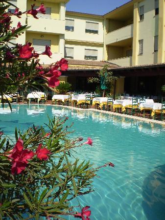 Hotel Maria Rosaria : Scorcio della piscina e tavoli del ristorante