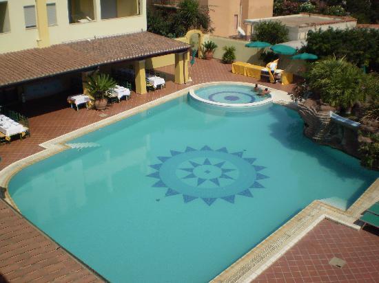 Hotel Maria Rosaria : La piscina dal balcone della camera