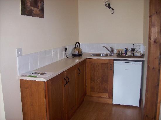 Brickfields Farm: Small Kitchen in Room - very useful!