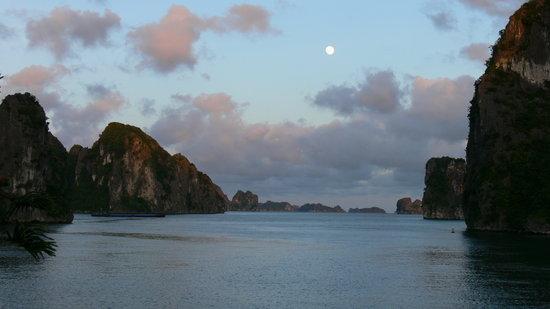 Halong Bay : La lune mystifie la Baie d' Ha Long