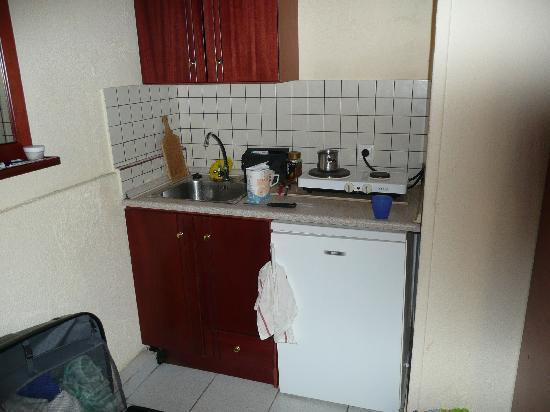 Hotel Rena: Kitchen area