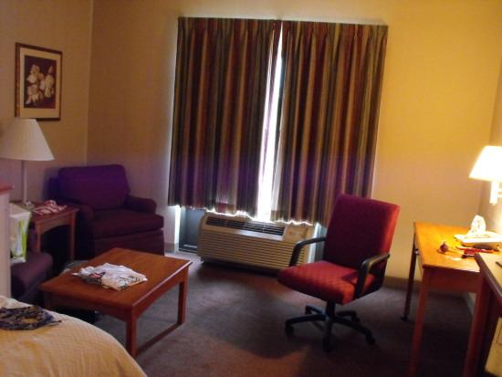 Comfort Suites: sitting/desk area