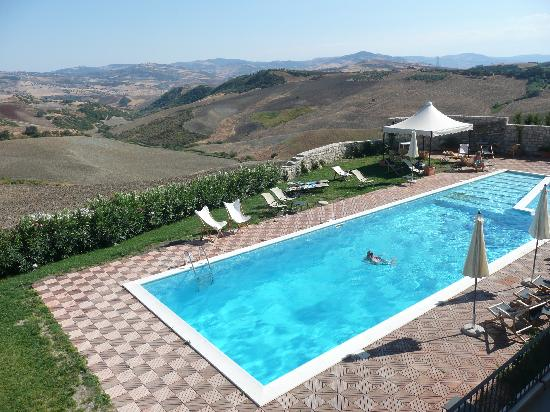 Montecilfone, Italien: The pool and view from the terrace