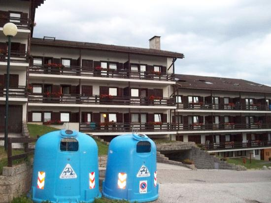 Centro Vacanze Veronza: Apartments, parking lot and recycle containers