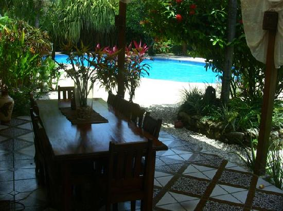 Hotel Casa Romantica: breakfast table with pool in background