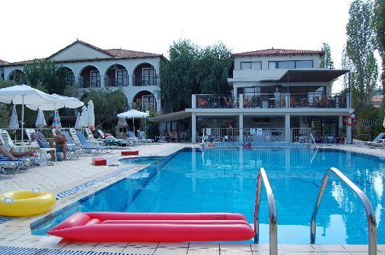 كاستيلي هوتل: Hotel from pool area