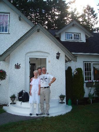 Charm of Qualicum Bed & Breakfast: Tom and the hosts at Charm of Qualicum B&B