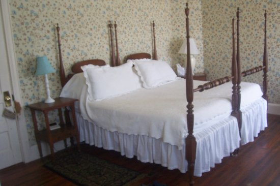Safe Harbor Guest House: King bed in Southwind Room