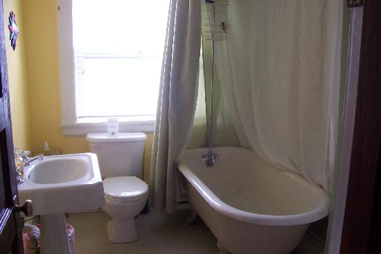 Portland International Guesthouse: Upstairs common bathroom