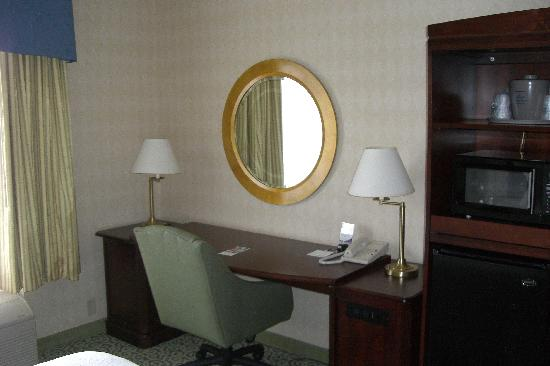 Hampton Inn and Suites Arundel Mills / Baltimore: Desk with wireless internet