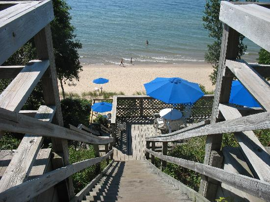 Lake Shore Resort: Down the stairs to the decks and beach