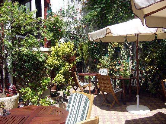 Hotel La Marisa: Le joli patio fleuri