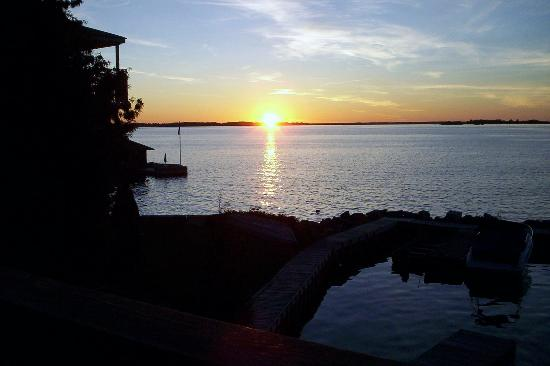 West Winds Motel & Cottages : Sunset from dock