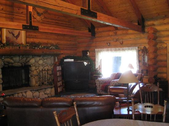 Eagle's Nest Bed and Breakfast Lodge: Common Room of Lodge - The roomis big, my camera couldn't fit it all