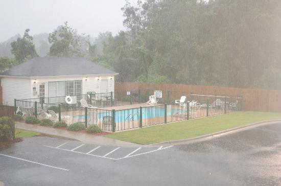 Baymont Inn & Suites Thomasville : pool and fitness center building